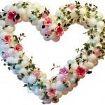 сердце из цветов и воздушных шаров